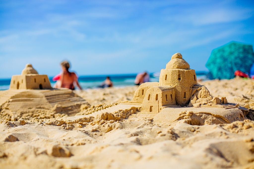 château de sable plage truc vert